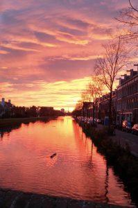 Zonsondergang aan de kade. Gezien vanaf de Middenweg. Fotograaf: Bart.