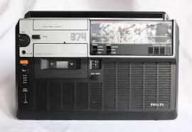 De radio-cassetterecorder van Philips waar ik urenlang naar luisterde. (Foto Cassette recorder museum).