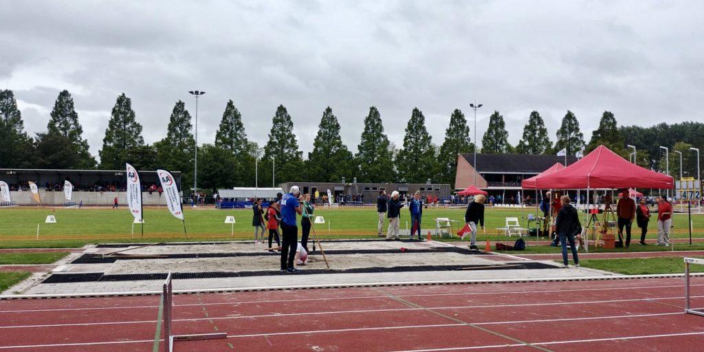 Atletiekbaan op een druilerige zondagochtend.