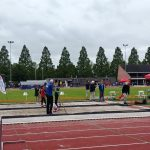 De atletiekbaan op een druilerige zondagochtend.